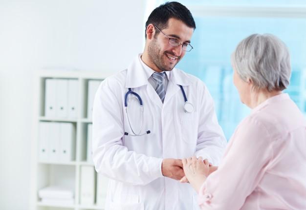 jovem-medico-apoiando-o-seu-paciente_1098-2237